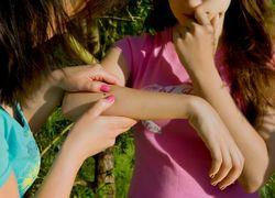 Клещ на руке у девочки