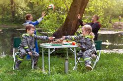 Семья в защитной одежде на пикнике
